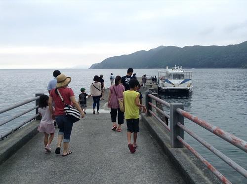 海中展望船「愛媛観光船ユメカイナ(愛南町西海観光船)」に向かう人々