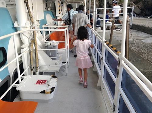 海中展望船「愛媛観光船ユメカイナ(愛南町西海観光船)」の甲板を歩く娘