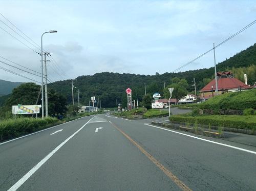 「一本松温泉あけぼの荘」前を通る国道56号