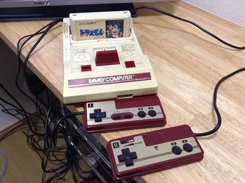「ドラえもん」カセットが差し込まれているファミコン本体とコントローラ