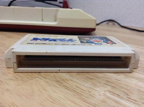 「ドラえもん」のファミコンのカセット(端子部)
