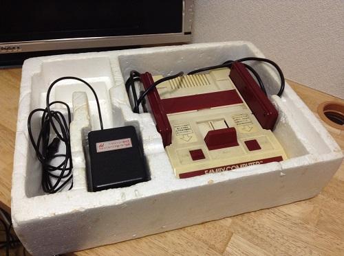 家庭用カセット式ビデオゲーム FAMILY COMPUTER ファミリー コンピュータ ファミコンを箱に収納した時の様子