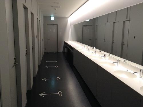 「9h nine hours ナインアワーズ成田空港」(住所:千葉県成田市古込1-1 成田空港内第2旅客ターミナル)の洗面台とトイレ