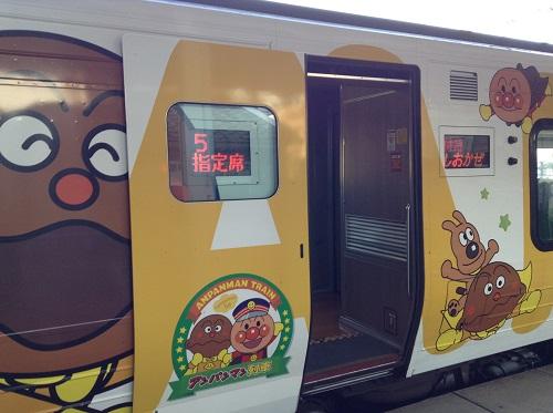 JR松山駅1番ホームに停車中の特急しおかぜ25号(アンパンマン列車)の5号車(指定席)の入口