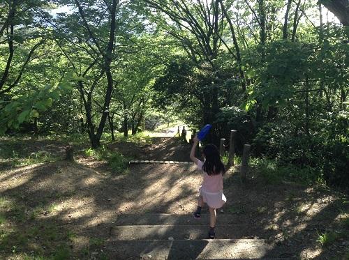 えひめ森林公園 谷上山第2展望台の山道を降りる娘