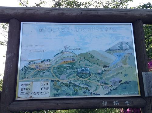 えひめ森林公園 谷上山第2展望台の駐車場・道路にある「谷上山と大谷池 えひめ森林公園案内図」