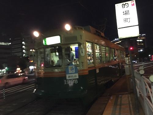 広電「的場町」電停に入ってきた「広島港(宇品)ゆき」の市内電車
