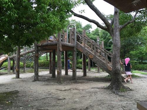ウェルピア伊予<伊予市都市総合文化施設>(愛媛県伊予市下三谷1761-1)の子供広場の遊具、遊ぶ娘