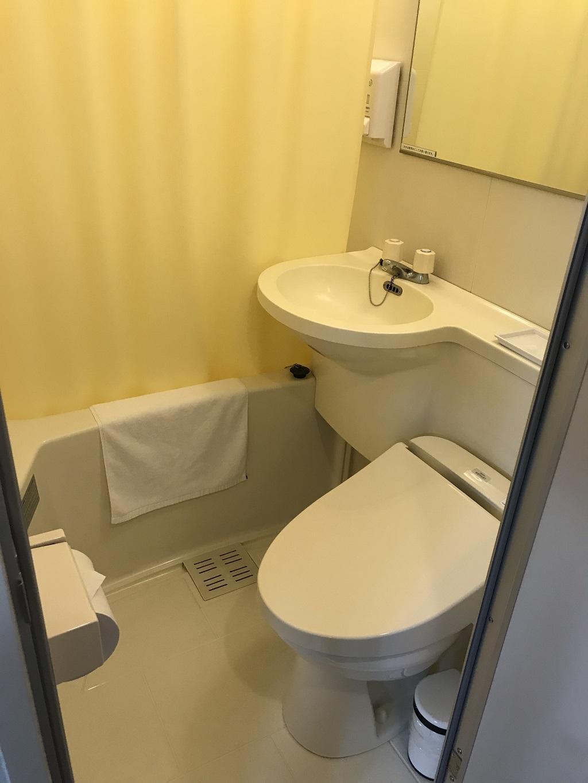 2020年2月 コモドホテル大分 禁煙シングルルーム ユニットバス内の様子(トイレットペーパー、洋式トイレ、洗面台、シャワーカーテン、浴槽)