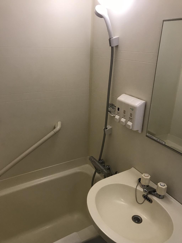 2020年2月 コモドホテル大分 禁煙シングルルーム ユニットバス内の様子(洗面台・浴槽)