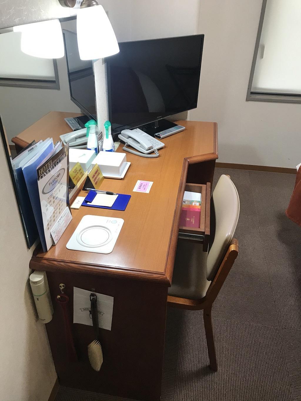 2020年6月 コモドホテル12階 禁煙シングルルーム 机・椅子・テレビ