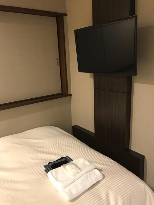 名古屋クラウンホテルのシングルルームの壁掛けテレビ