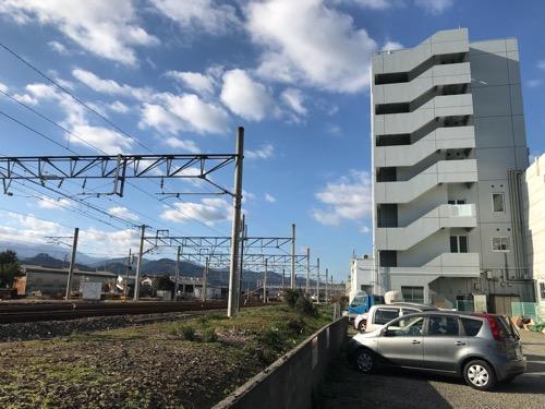 エクストールイン西条駅前の建物外観、第1駐車場、JR伊予西条駅前の線路(朝の様子)