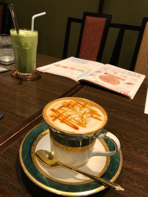 羅座亜留 藤原店のキャラメルマキャート・ホットと抹茶ミルク・アイス