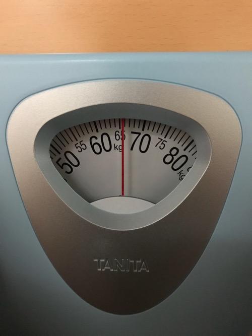 タニタ 体重計 アナログヘルスメーター HA-851-BL ブルーの目盛り(針が65キログラムを指している様子)