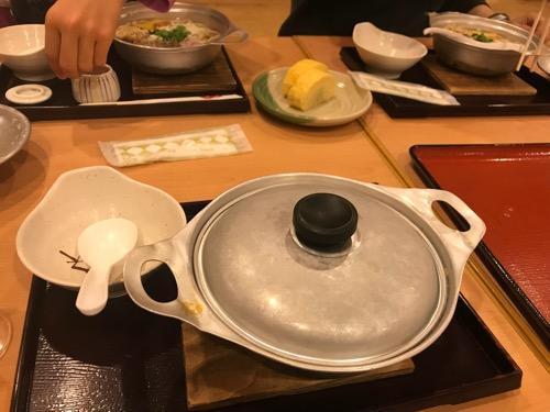 見奈良天然温泉利楽の鍋焼きうどん(蓋をしたままの様子)