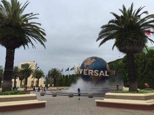 土曜日の午前6時40分頃のユニバーサルスタジオジャパンの巨大回転地球の前付近の様子
