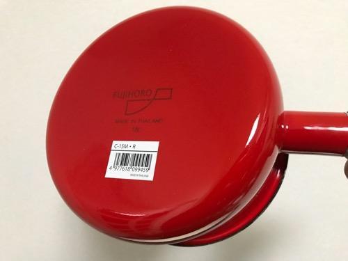 購入直後の鍋の底にシールが貼られたままの富士ホーロー 蓋付きミルクパン 15cm 1.2L レッド