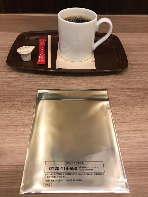 カフェ・ベローチェのブレンドコーヒーMサイズと岩合光昭コラボグッズキャンペーン「季節のねこクリアファイル」(開封前・裏面)
