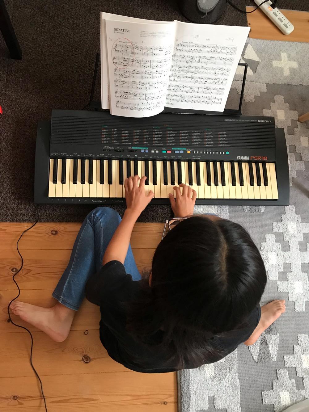 YAMAHA PORTATONE PSR-18で演奏する娘