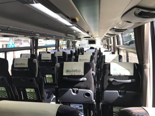 濃飛バスの飛騨古川発・新宿行の高速バス車内の最後列座席から眺めたバス車内の様子