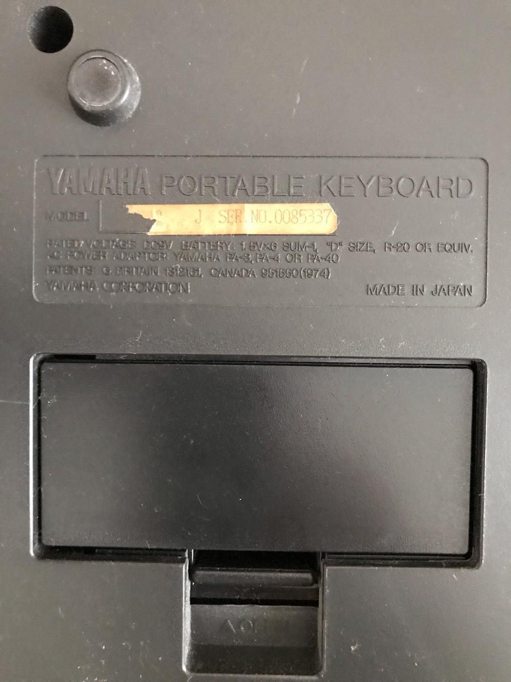 YAMAHA PORTATONE PSR-18の裏面のシリアルナンバーと乾電池の蓋