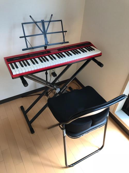 Dicon Audio KS-020 Keyboard Stand X型キーボードスタンド ダブルレッグの上に設置した61鍵盤のキーボード(Roland GO:KEYS)、譜面台、パイプ椅子(+腰痛対策クッション)