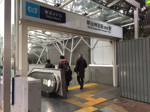 東京メトロ明治神宮前〈原宿〉駅の出入口のエスカレーター付近