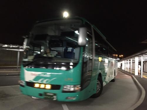 成田空港第3ターミナルの1番乗り場のバス停に到着しつつある京成バス