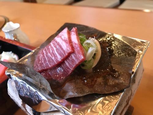 飛騨古川スペランツァホテルの朝食の飛騨牛と朴葉味噌