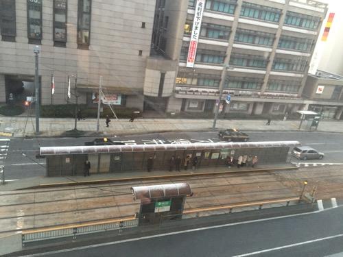 カプセルホテルCUBE広島5階の共用スペースの窓際から眺めた風景(朝の銀山町電停など)