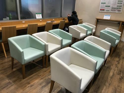 万代シテイバスセンターの県外高速バス待合室内の男女共用スペース