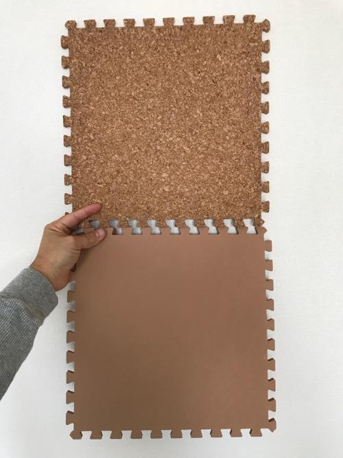 アイリスオーヤマ ジョイントマット コルク ナチュラル 31.5×31.5㎝ JTM-32(CRK)の表面と裏面(開封後の商品2枚を手に持った時の様子)