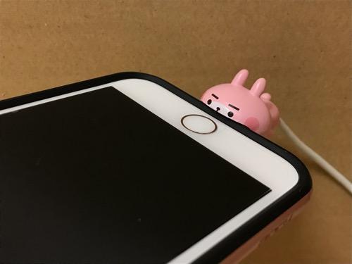 CABLE BITE カナヘイの小動物01 うさぎCABにiPhoneのライトニングケーブルを装着して妻のiPhoneにライトニング端子を装着した時の様子