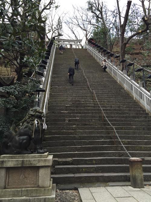 愛宕神社の出世の石段の登り口から上を見上げた様子