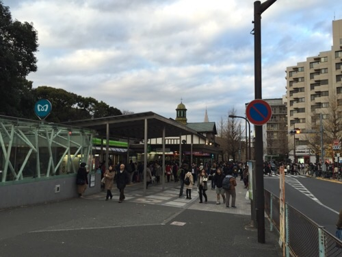 東京メトロ明治神宮前〈原宿〉駅の入り口付近の風景