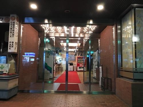 ニイガタステーションホテルの正面玄関(夜の様子)
