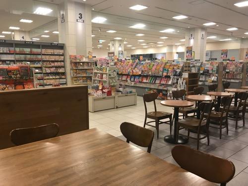 閉店間際のスターバックス TSUTAYA エミフルMASAKI店の店内