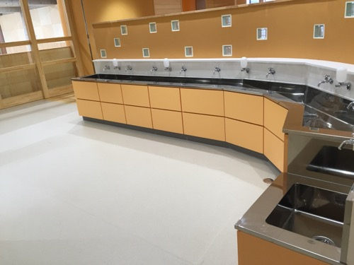 余土中学校の新校舎棟2階エレベーター前の手洗いコーナー