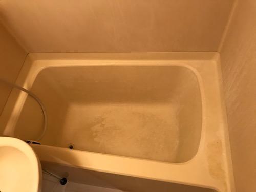 東京のアパートの黒ずんだ汚い浴槽