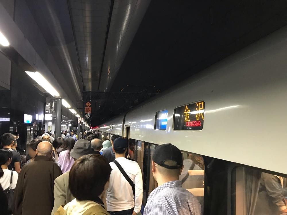 JR京都駅の0番線ホームに停車中のサンダーバード41号・金沢行の列車前の多数の乗客達