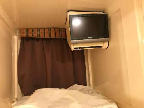 ホテルリバーサイド3階のカプセル室の上段内部のテレビ