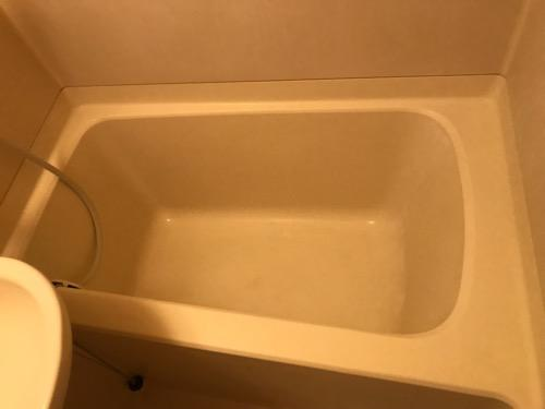 東京のアパートの汚いものの少しマシになった浴槽 - 「おふろのルック みがき洗い」使用後