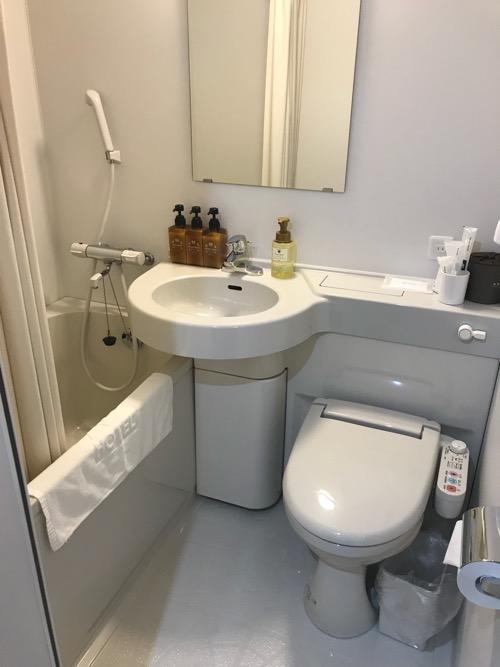 ABホテル豊橋の客室内のトイレ、洗面台、浴槽