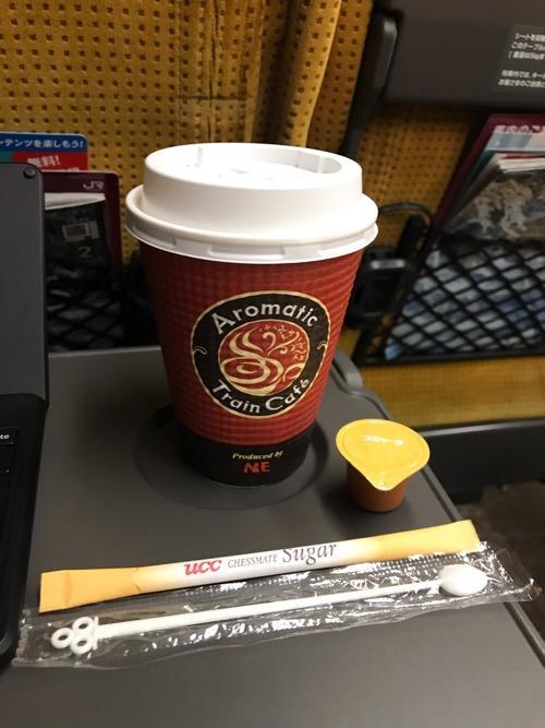 新幹線こまち40号15号車内で購入した車内販売のホットコーヒー(Mサイズ)