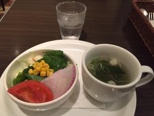 カフェ・アルコ スタツィオーネの緑黄色野菜のミニサラダと本日の野菜スープ