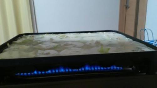 イワタニ たこ焼器のガスの火でたこ焼き鉄板を温める様子