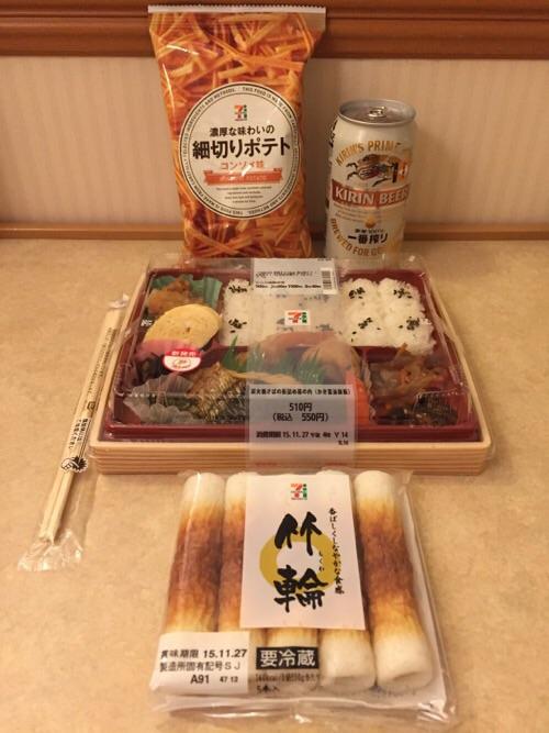 広島市内のセブンイレブンで購入した弁当、竹輪、お菓子、ビール