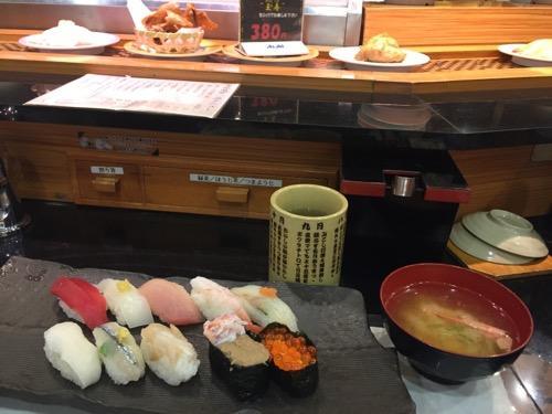 すし玉金沢駅店のグルメ盛りと味噌汁