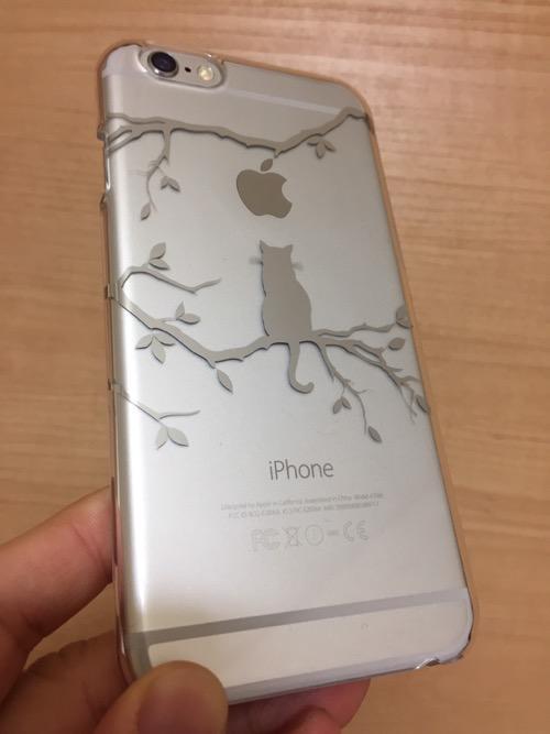 ELECOMの猫柄のiPhone 6用透明ケース(型番:PM-A14PVAT10)をiPhone 6に装着した時の様子